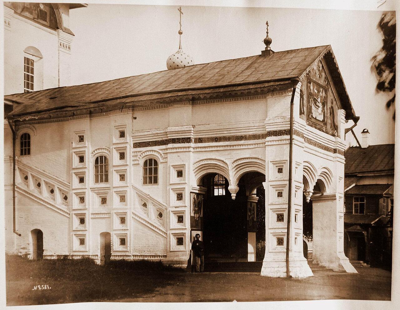 Вид на крыльцо и вход в собор Толгского монастыря
