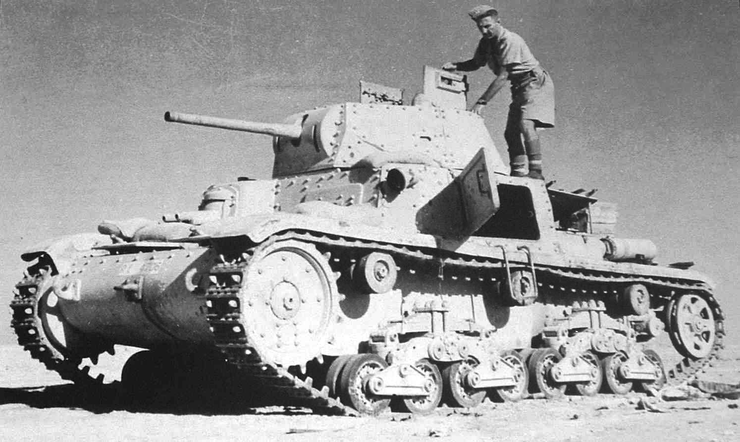 Танк M14/41 захваченный англичанами в Северной Африке.