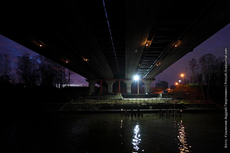 Теплоход проходил под строящимся автомобильным мостом через канал имени Москвы будущей скоростной автотрассы М11 Москва – Санкт-Петербург