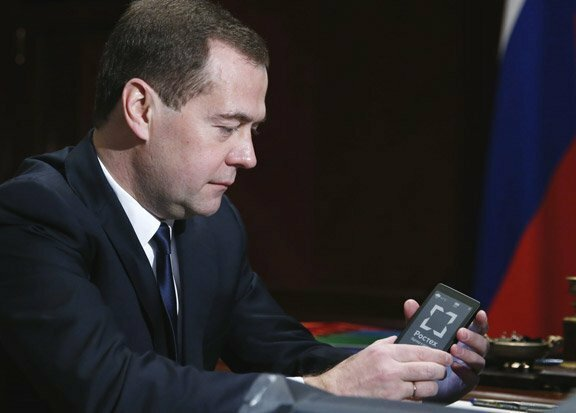 Продажи первого российского смартфона YotaPhone оказались провальными