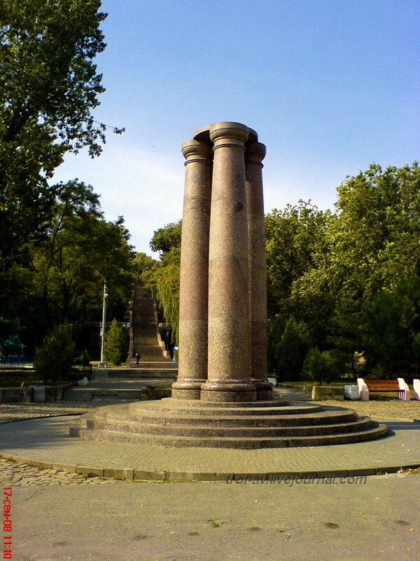 Памятник 300-летию основания Тпганрога (разг. Трехчлен)