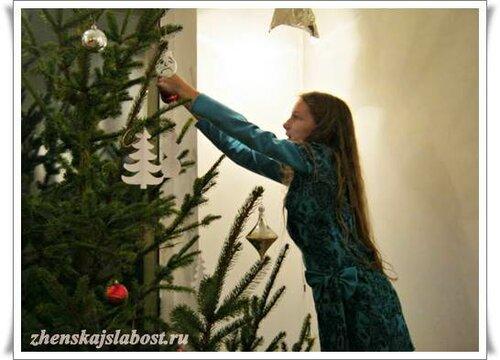 внучка Ирины Рыбчанской украшает елочку