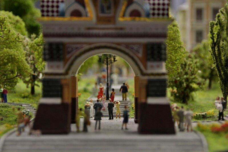 Гранд макет: две свадьбы под аркой в русском стиле в парке