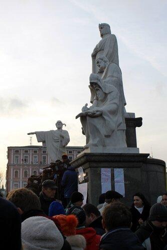 Митинг под памятником княгине Ольге