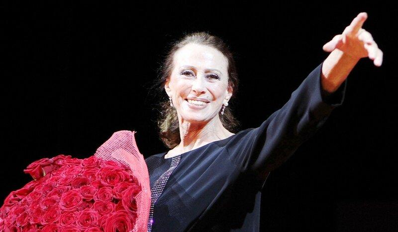 Майя Плисецкая во время концерта «Ave Maia», посвященного своему юбилею, в Музыкальном театре имени Станиславского, 2010 год.jpg