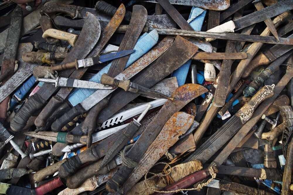 Большая куча конфискованных ножей и мачете