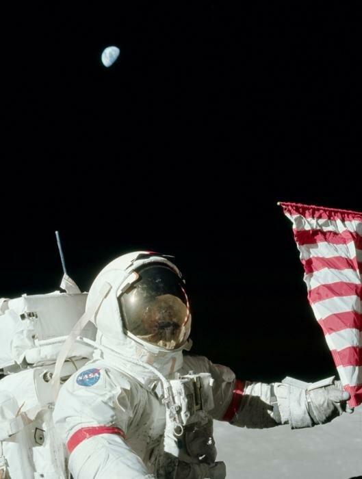 Луна серая, но в шлеме отражается коричневая. Фото: НАСА