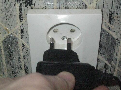 Фото 17. В завершающей стадии эксперимента зарядное устройство извлеклось легко, в розетке «Элио стандарт» («Eljo standart») ничего не застряло.