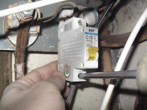Фото 11. С целью профилактики аварий производится подтягивание ослабших контактов вводного автоматического выключателя в этажном щите.