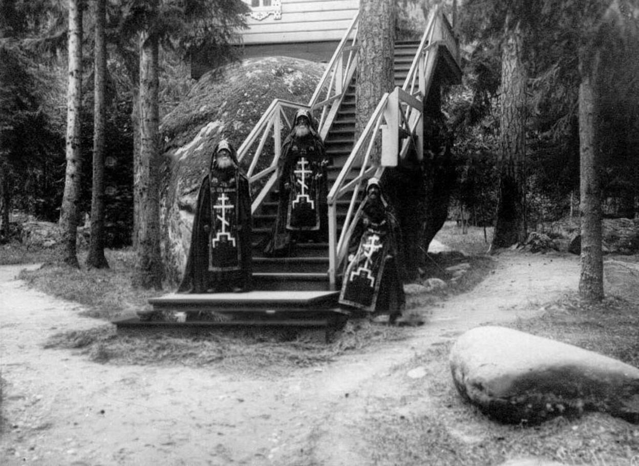 71. Группа схимников на лестнице у часовни на Конь-камне