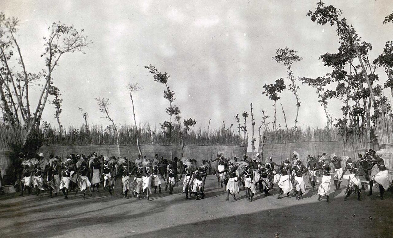 1928. Танцоры короля Музинги в Ньянзе