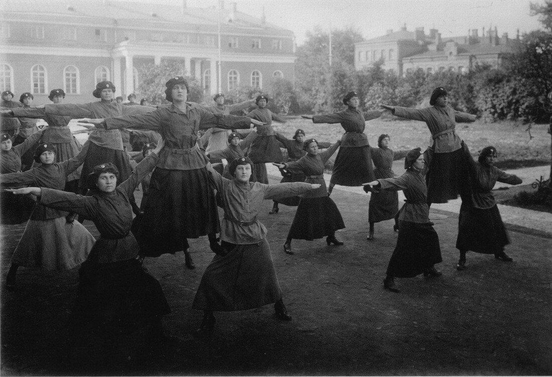 1920-е. Женщины-милиционеры выполняют гимнастические упражнения
