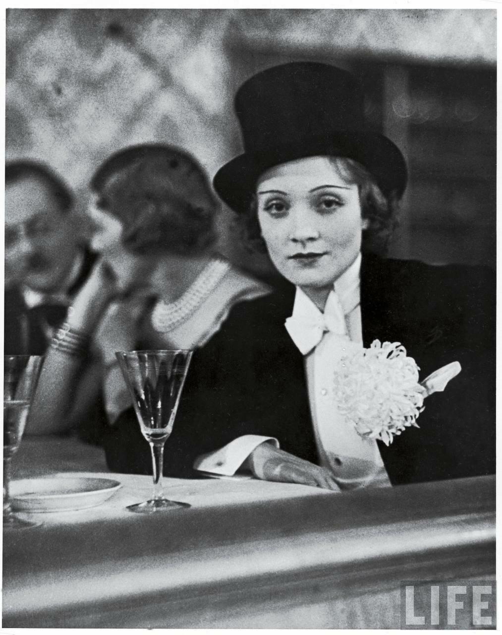 1929. Марлен Дитрих в смокинге и цилиндре на балу для зарубежной прессы
