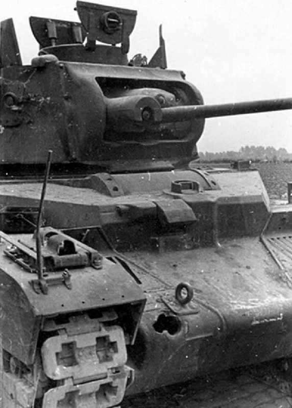 """Подбитый советский танк Mk.II """"Матильда""""."""