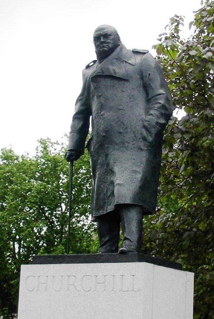 Памятник Уинстону Черчиллю, автор Айвор Робертс-Джоунс, на Парламентской площади напротив Вестминстерского дворца в Центральном Лондоне,