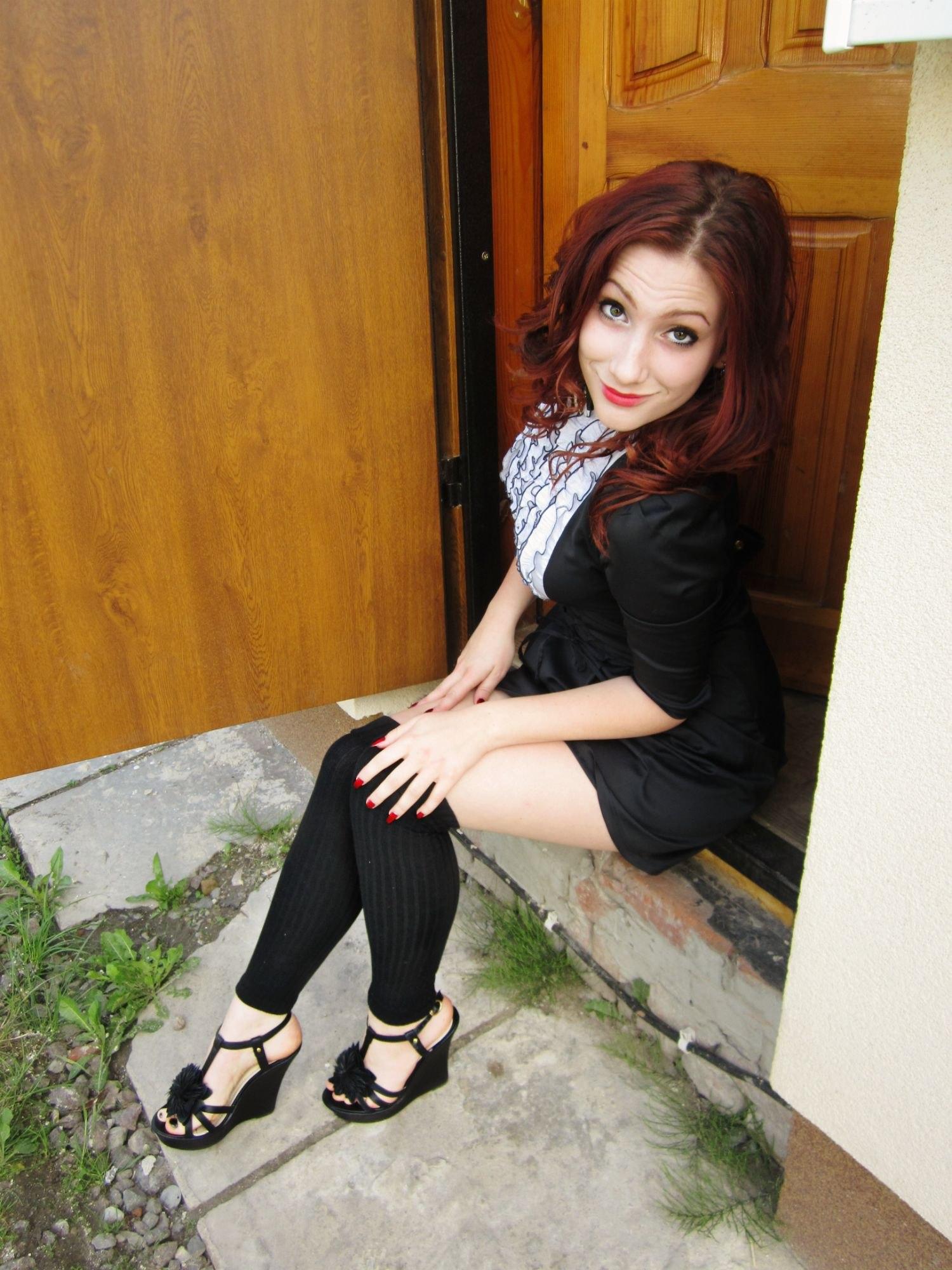 Рыжая красотка в черном платье и чулках