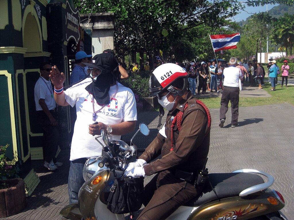Пхукет-таун. Остров Пхукет, Таиланд. Полицейский и один из митингующих - владелец фото http://www.netzim.ru/
