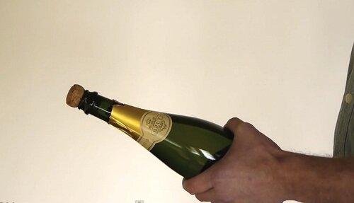Как эффектно открыть бутылку шампанского