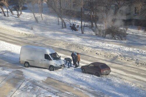 На Кичкасе водители друг другу помогли выбраться из снежной ловушки (4 фото)