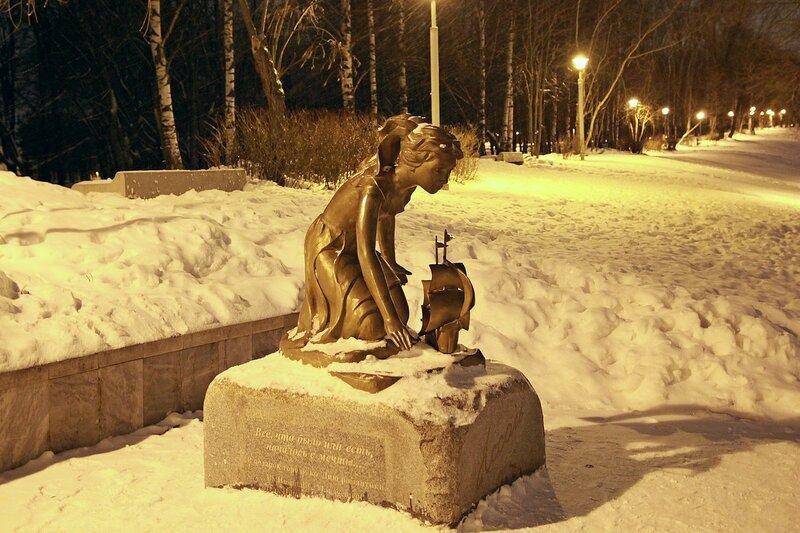 Памятник Ассоль у нижнего пруда цирка в свете ночных фонарей
