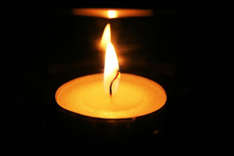 Играет пламенем свеча