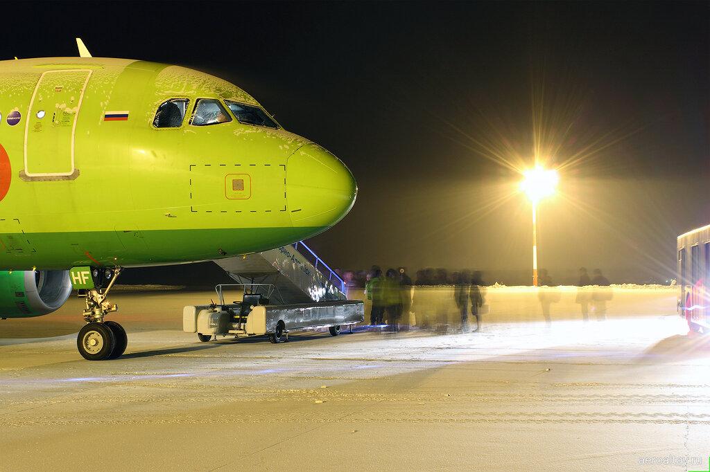 Посадка пассажиров в самолет, выполняющий рейс S7 216 из Горно-Алтайска в Москву