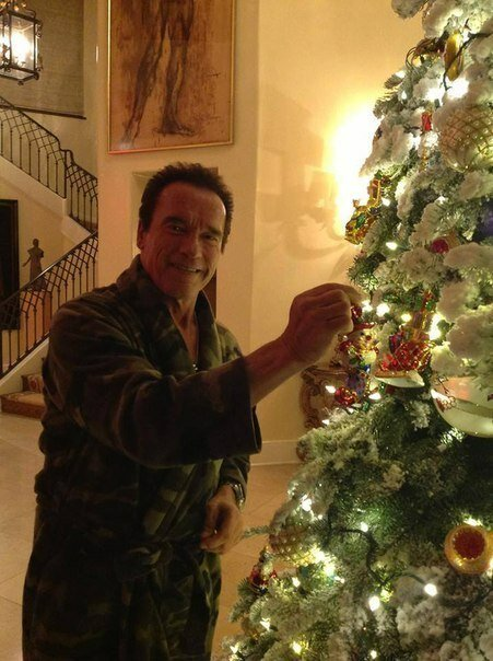 Арни всех поздравляет с наступающими Новым Годом, и Рождеством