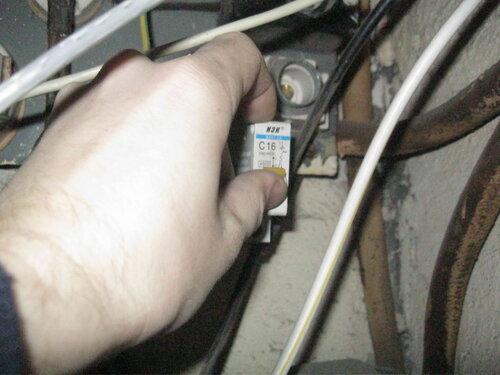 Фото 6. Автоматический выключатель квартиры включен, свет появился.