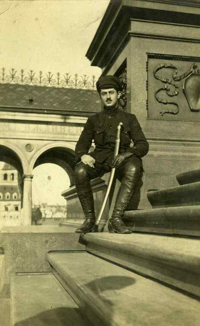 1918. Шостак позирует после того как помог Грондейсу выбраться из Москвы. 9 мая