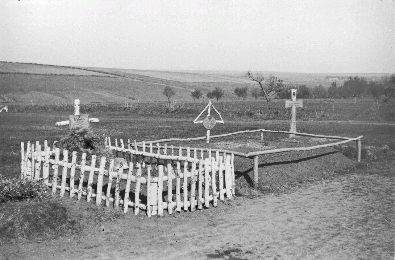 Могилы погибших солдат возле Яновец, к северу от Томаровки