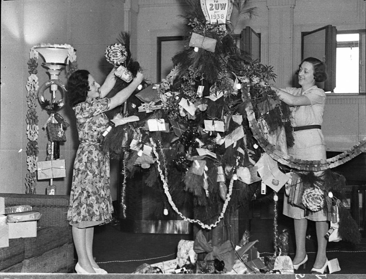1938. Магазин украшают к празднику