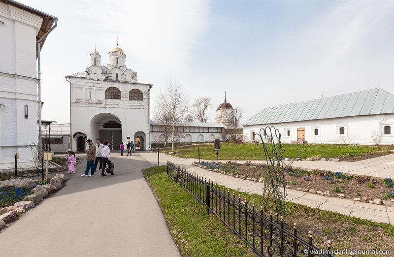 Надвратная церковь в честь Благовещения Пресвятой Богородицы. Покровский монастырь в Суздале.