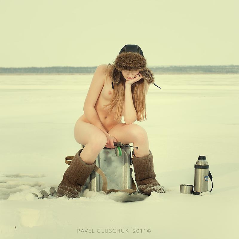 Красивая обнажённая девушка назимней рыбалке