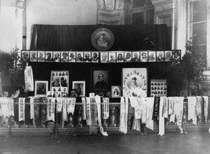 Стенд с портретами артиста Далматова Василия Пантелеймоновича и лентами с венков, возложенных на могилу артиста.
