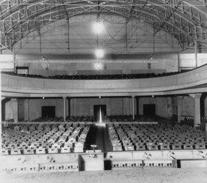Вид зрительного зала театра.
