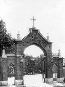 Вид кладбищенских ворот и части кладбища.
