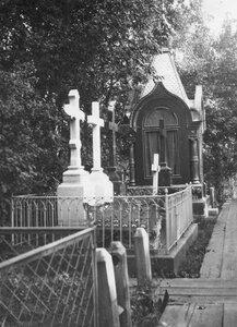 Могилы кладбища.