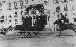 Конвоец демонстрирует взятие препятствий  во время скачек  на плацу у Екатерининского дворца  в день  празднования 100-летнего юбилея конвоя.
