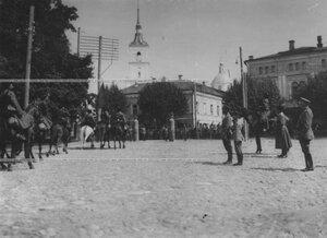 Император Николай II и наследник цесаревич Алексей на смотре конвоя  перед отправлением  на фронт.
