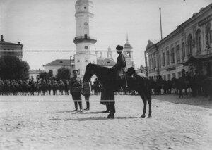 Император Николай II и наследник цесаревич Алексей  на смотре сотни  конвоя, направляемой на фронт.