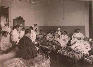 Медицинский персонал и раненые  в палате лазарета,устроенного в 3-м Пятницком городском училище.
