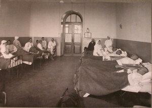 Медицинский персонал и раненые в палате лазарета,устроенного в Боевском городском училище.