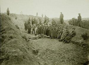 Солдаты роты, ведущие бои за крепость, за рытьем траншеи для укрытия лебедки во время подъема аэростата на позиции у Голомба.