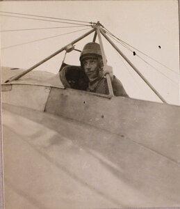 Военный летчик поручик Бржезовский в кабине летательного аппарата.