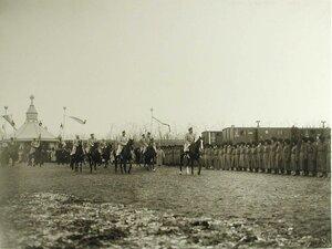 Император Николай II со свитой объезжает строй солдат перед началом смотра; в смотре принимали участие4-я стрелковая с артил.дивизион. и парком,12 эскадрон 4-го полевого жандарм.эск.,две пулеметные роты и 5-йбатальон  Владивостокской креп.арт.