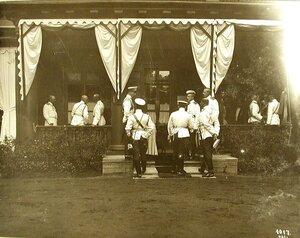 Члены императорской фамилии на террасе дома;в группе справа князья Константиновичи-Гавриил и Иоанн