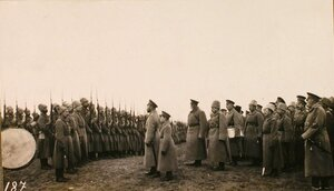 Император Николай II и наследник цесаревич Алексей Николаевич перед ротой Латышского батальона  во время посещения Рижского укрепленного района.