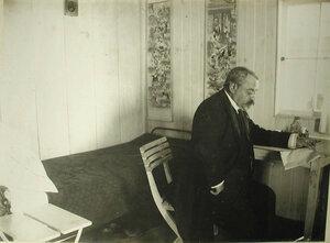 Врач в своей каюте на барже-лазарете имени Ее высочества великой княгини Ксении Александровны