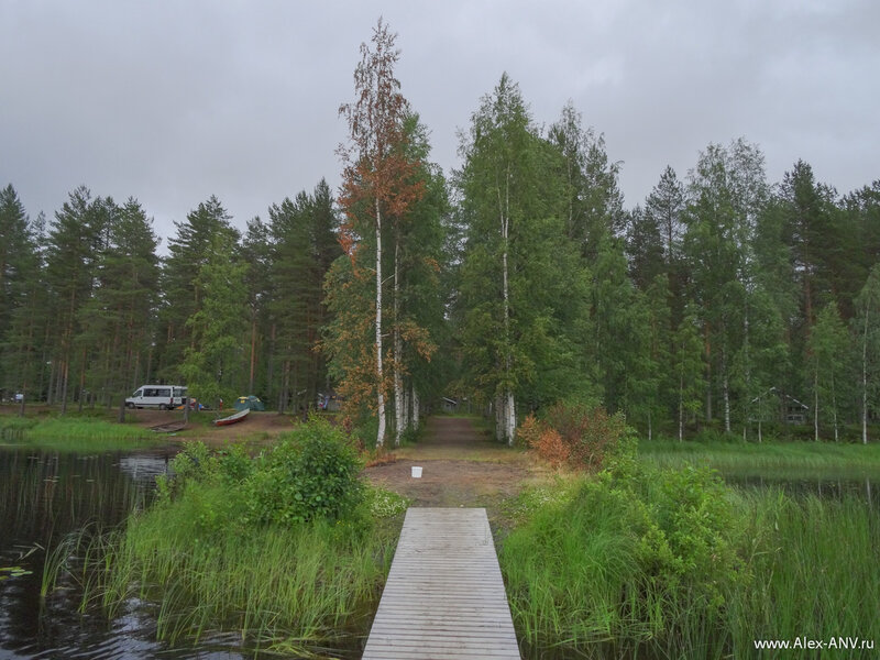 Кемпинг очень уютный, расположен в лесу и имеет хорошие спуски к воде. Удобно и купаться и байдарки спускать на воду.