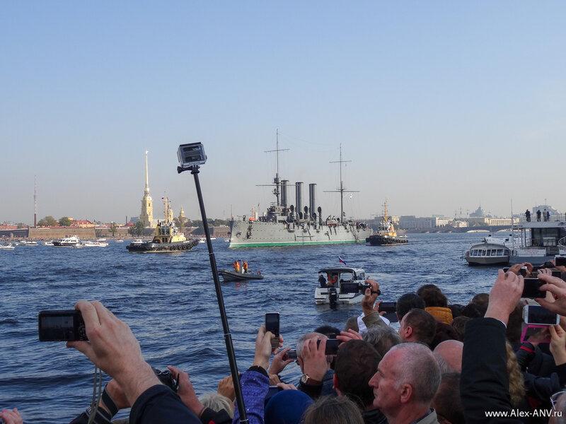 Троицкий мост позади (его почти сразу же свели обратно), Аврора минует Петропавловку.